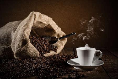 Hintergrund der Tasse Kaffeebohnen