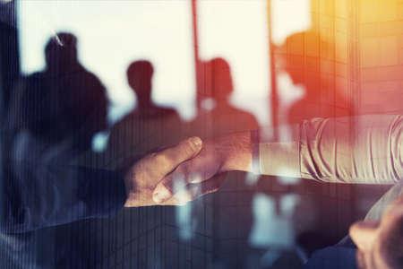 Handenschudden bedrijfspersoon op kantoor. concept van teamwerk en partnerschap. dubbele blootstelling