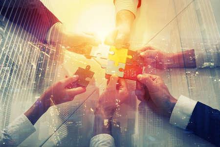 Teamarbeit von Partnern. Konzept der Integration und des Starts mit Puzzlespielstücken. Doppelbelichtung