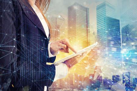 Geschäftsfrau teilt Dokument mit Tablette. Internet-Netzwerk-Effekt im Hintergrund Standard-Bild