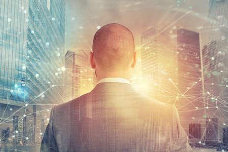Geschäftsmann sucht weit nach der Zukunft mit Internet-Netzwerkeffekt