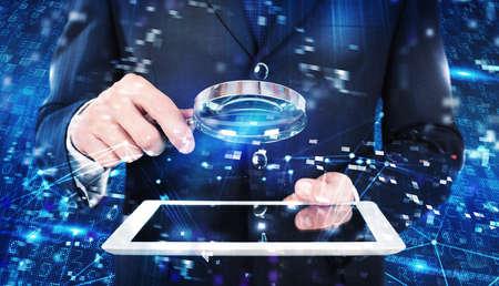 사업가가 바이러스 및 해커 공격에 대한 컴퓨터 시스템을 분석합니다.