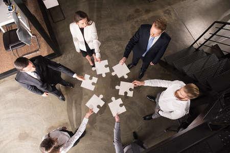 Teamwork van partners. Concept van integratie en opstarten met puzzelstukjes Stockfoto - 94189945