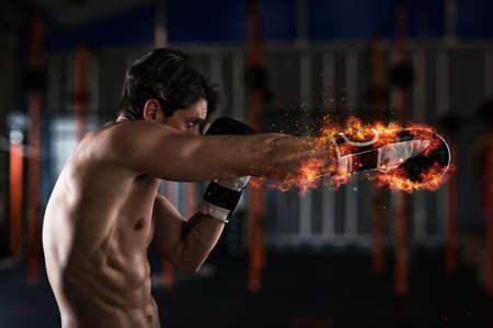 Zuversichtlich Boxer mit feurigen Boxhandschuhe Standard-Bild - 95860955