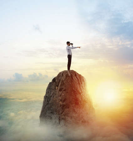 Businessman searchs for new horizon, new business opportunities Standard-Bild
