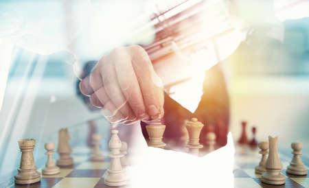Geschäftsstrategie mit Schachspiel und Händeschüttelngeschäftsperson im Büro. Konzept der Herausforderung und Taktik. Doppelbelichtung