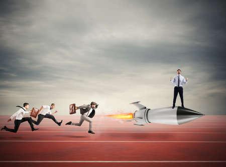 Winnaarzakenman over een snelle raket. Concept van zakelijke concurrentie Stockfoto