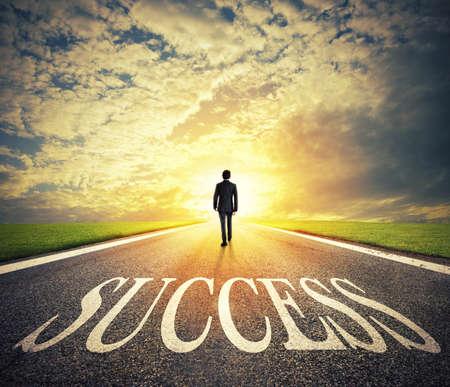 homme marchant sur un concept de passe de succès de l & # 39 ; entreprise prospère et de la gestion des entreprises