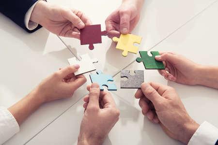 パートナーのチームワーク。パズルピースによる統合と起動の概念 写真素材