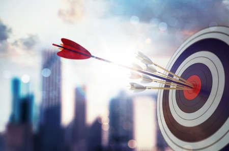 La flecha golpeó el centro del objetivo con un moderno fondo de rascacielos. Concepto de logro de objetivo empresarial. Renderizado 3D Foto de archivo