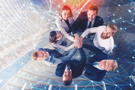 Geschäftsleute, die ihre Hände zusammen mit Internet-Effekten setzen. Konzept der Integration, Teamarbeit und Partnerschaft. Doppelbelichtung