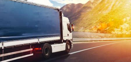 Le camion roule vite sur l'autoroute pour livrer