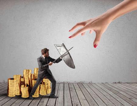 Zakenman beschermt financieel kapitaal tegen het belastingkantoor vechten met zwaard en schild. 3D-weergave