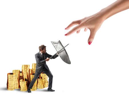L'uomo d'affari protegge il capitale finanziario dall'ufficio delle imposte combattendo con spada e scudo. Rendering 3D Archivio Fotografico