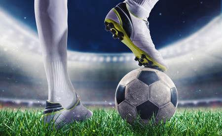 Joueur de football avec soccerball au stade prêt pour la coupe du monde