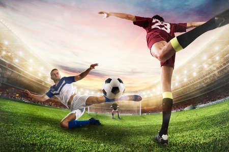 L'attaquant de football frappe le ballon avec un coup de pied acrobatique. Rendu 3D