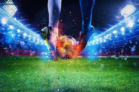 Joueurs de football avec soccerball en feu dans le stade pendant le match