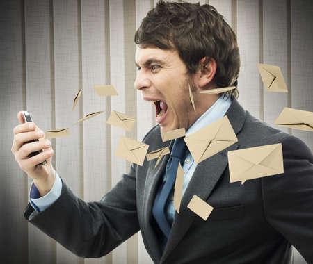 Hacer hincapié en el trabajo con un montón de correo electrónico