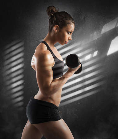 Woman training biceps Standard-Bild - 103512532