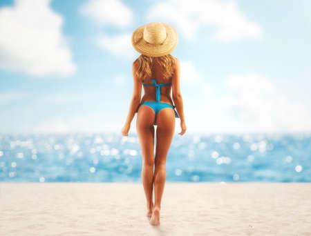 Hermosa chica en una playa tropical lista para las vacaciones de verano