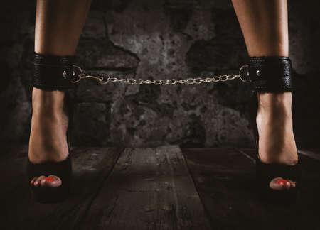 Provocazione sensuale di una donna con le gambe incatenate Archivio Fotografico