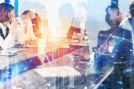 Les gens d'affaires travaillent ensemble au bureau avec des effets de réseau Internet. Concept de travail d'équipe et de partenariat. double exposition Banque d'images