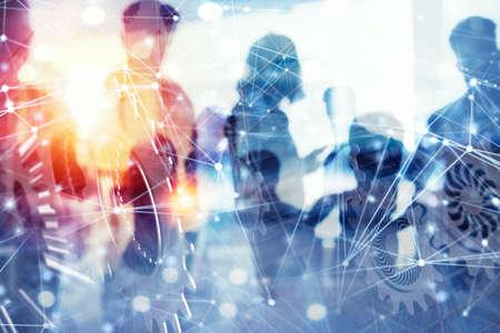 Les gens d'affaires travaillent ensemble au bureau avec des effets de réseau Internet et un système d'engrenages. Concept d'intégration, de travail d'équipe et de partenariat. double exposition Banque d'images