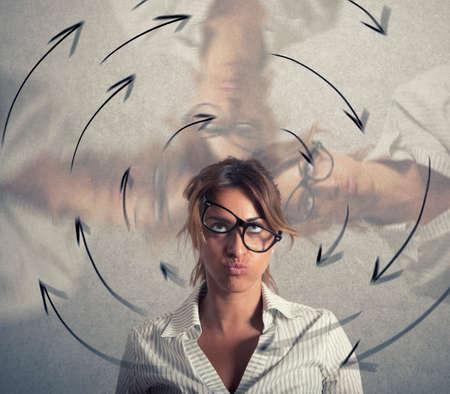La donna di affari confusa ha le vertigini. Concetto di stress e superlavoro Archivio Fotografico - 109769475