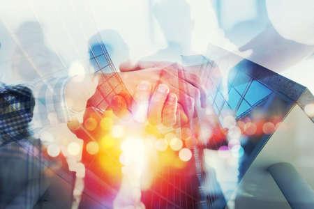 Silueta de gente de negocios trabaja juntos en la oficina. Concepto de trabajo en equipo y asociación. doble exposición con efectos de red Foto de archivo