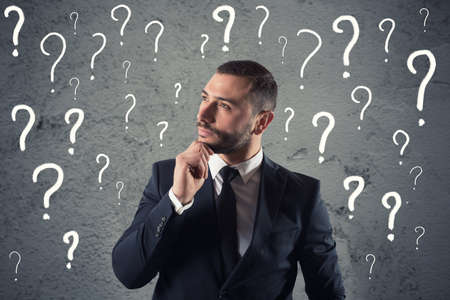 Empresario confuso y pensativo preocupado por el futuro