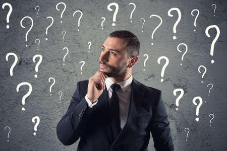 Verwirrter und nachdenklicher Geschäftsmann macht sich Sorgen um die Zukunft