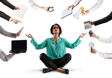Businesswoman stara się zachować spokój podczas jogi z powodu stresu i przepracowania w woku