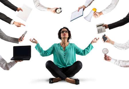 Geschäftsfrau versucht, mit Yoga wegen Stress und Überarbeitung im Wok ruhig zu bleiben