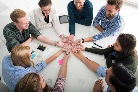 Concepto de trabajo en equipo y lluvia de ideas con empresarios que comparten una idea con una lámpara. Concepto de inicio