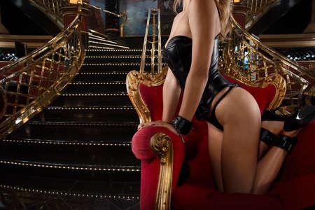 Sinnliche Provokation einer Frau auf einem Sessel