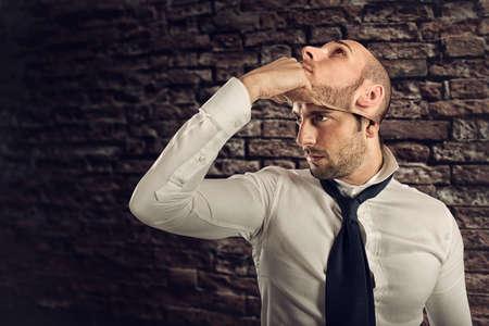 L'uomo d'affari con personalità multipla cambia la maschera