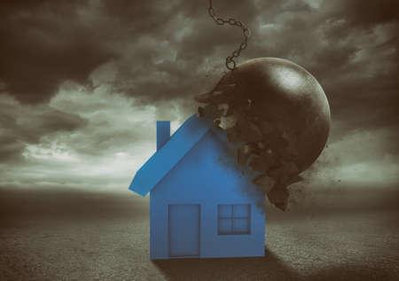House resiste all'impatto con una palla demolitrice. Concetto di forza e indistruttibilità Archivio Fotografico