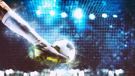 Fußballszene bei Nachtspiel mit Spieler, der bereit ist, den Ball zu schießen