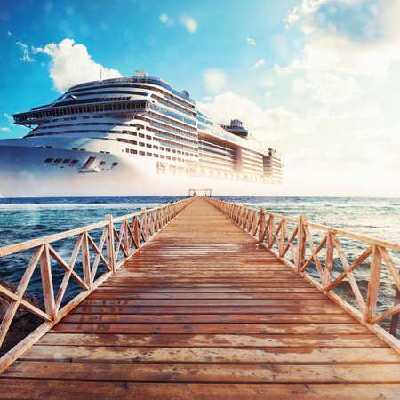 Anlegestelle, die zum Kreuzfahrtschiff führt, das für eine Reise bereit ist