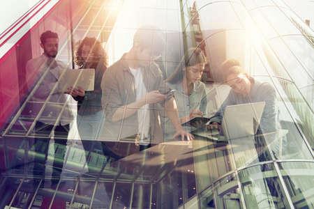 Les gens d'affaires collaborent ensemble au bureau. Effets de double exposition.