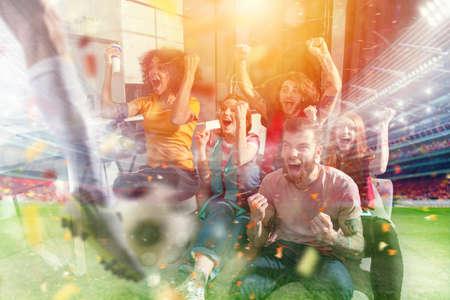 Gelukkige vrienden van voetbalfans die voetbal op tv kijken en de overwinning vieren met vallende confetti. Dubbele blootstelling