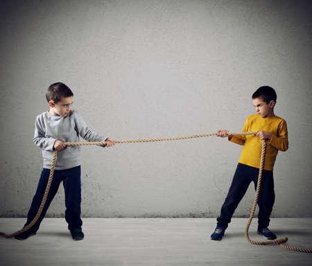 Rivalidad de dos hermanos con una cuerda.