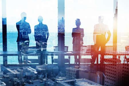 Groupe de partenaires commerciaux à la recherche de l'avenir. Concept d'entreprise et de démarrage Banque d'images