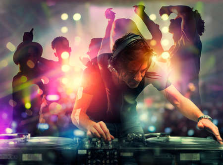 DJ che suona musica in discoteca. Esposizione doppia Archivio Fotografico