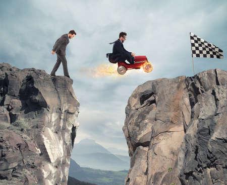 Homme d'affaires rapide avec une voiture gagne contre les concurrents. Concept de réussite et de compétition
