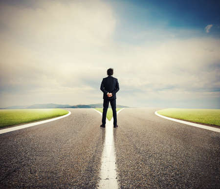 Choix d'un homme d'affaires à la croisée des chemins. Concept de décision Banque d'images