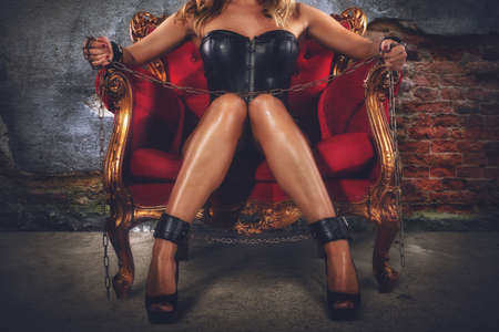 Provocation sensuelle d'une femme sur un fauteuil Banque d'images