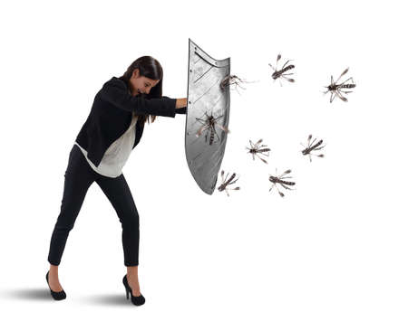 Mujer se defiende del ataque de los mosquitos con un escudo