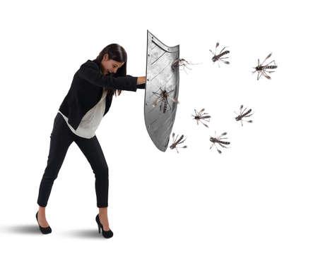 Vrouw verdedigt zichzelf tegen de aanval van muggen met een schild