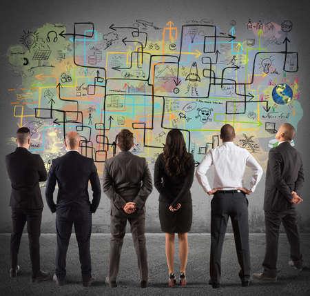 Equipo empresarial dibujando un nuevo proyecto complejo
